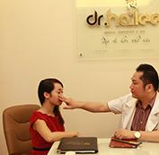 Bác sĩ khám và tư vấn