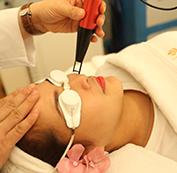 Tiến hành điều trị công nghệ Laser Spectra