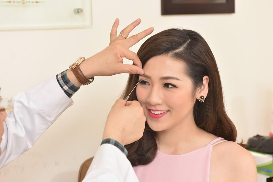 Bác sĩ tiến hành đo vẽ xác định đường mí mắt cũng như độ cong vểnh lông mi phù hợp.