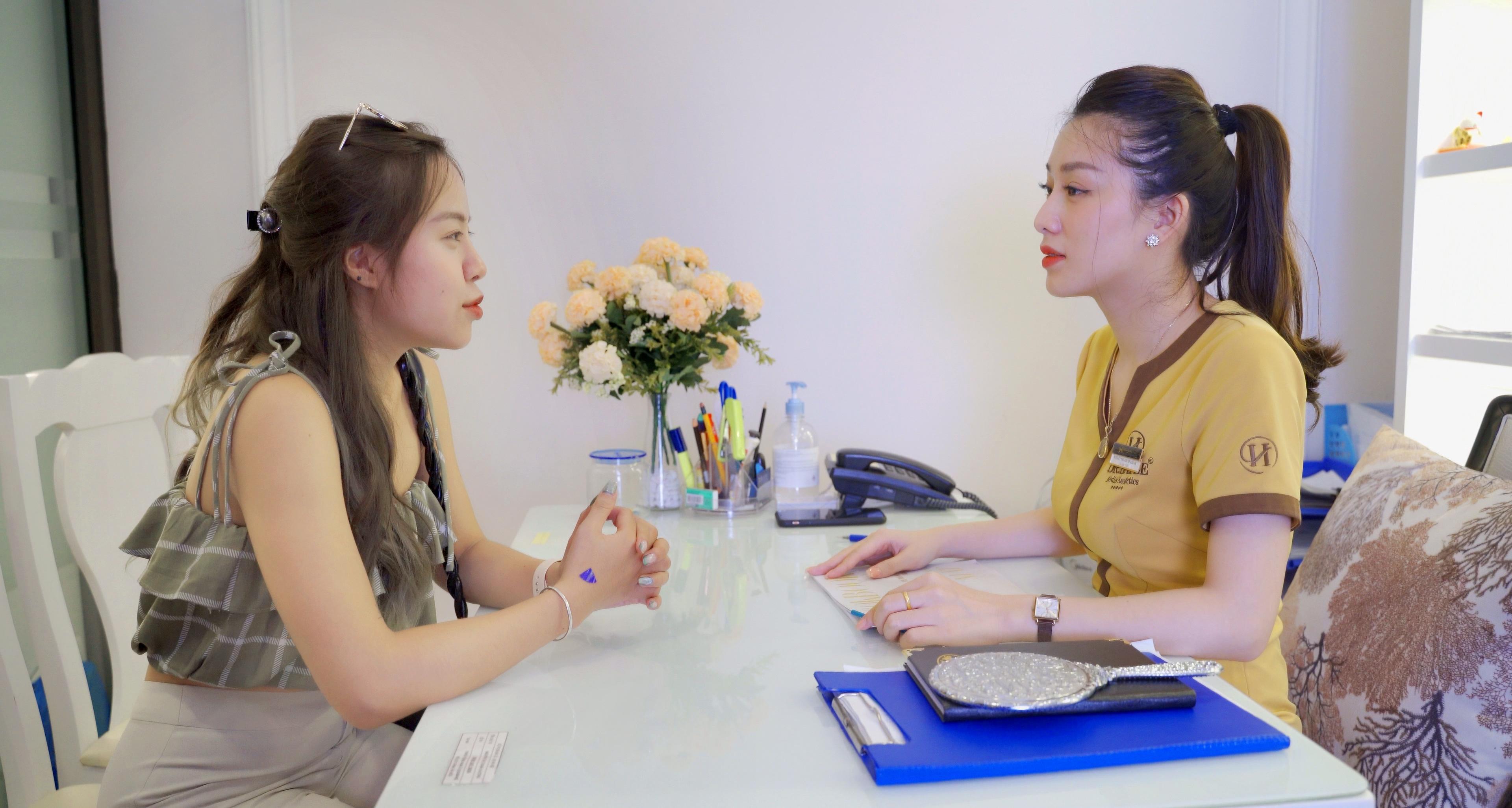 Bước 1: Tư vấn và thăm khám tình trạng mí mắt dưới và cấp độ hỏng