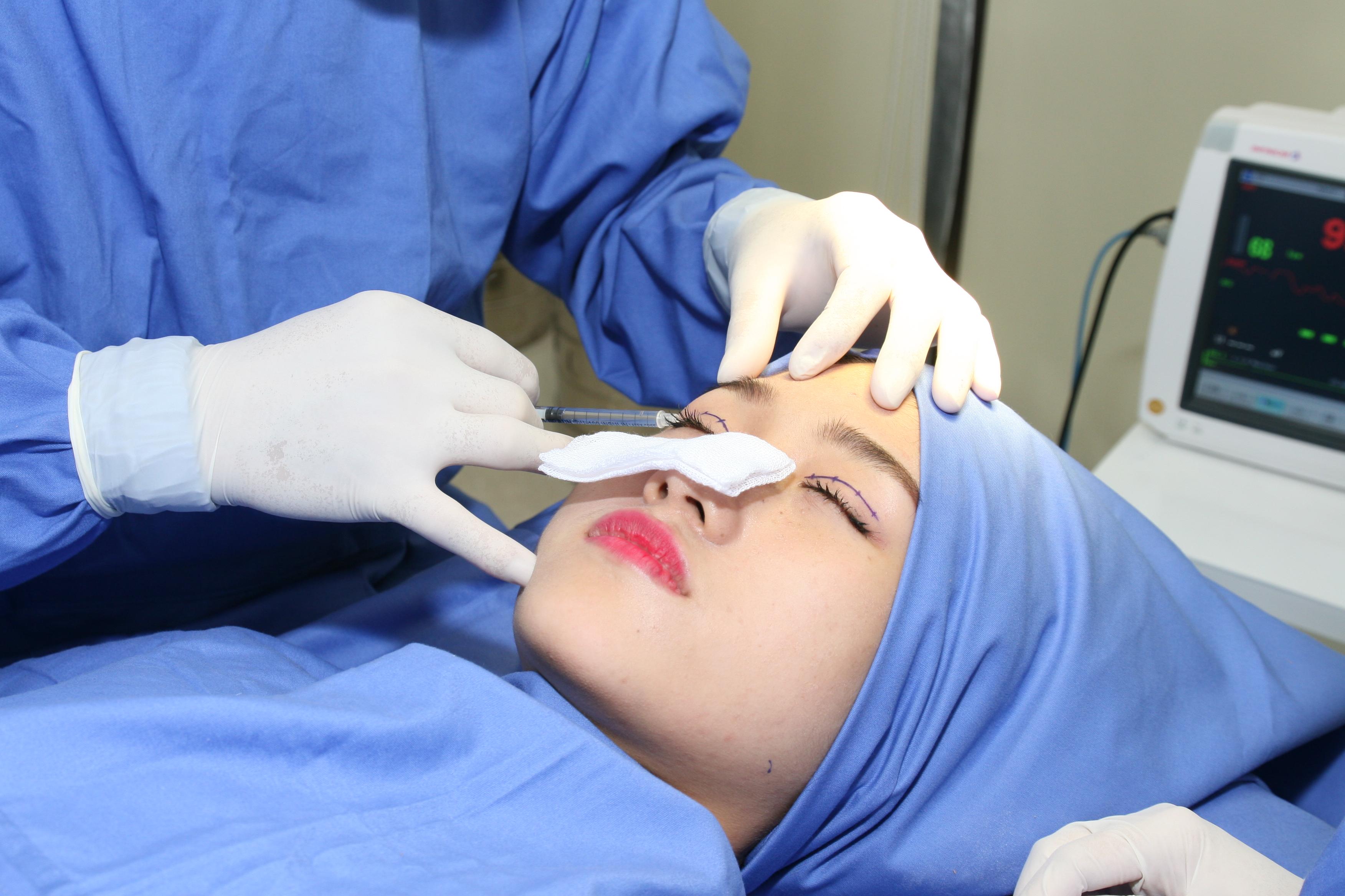 Sát khuẩn và gây tê vùng mí mắt