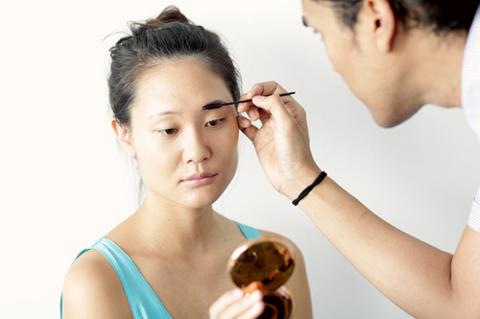 Vệ sinh sạch sẽ vùng da chuẩn bị thực hiện và tạo dáng kiểu dáng chân mày phù hợp với khuôn mặt.