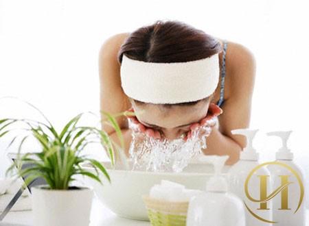 Rửa mặt bằng nước muối loãng giúp xoa dịu cảm giác khó chịu khi bị dị ứng mỹ phẩm