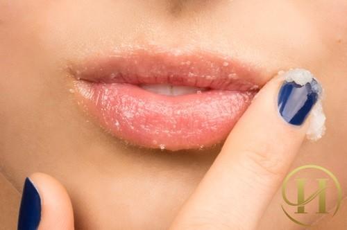 Chữa thâm môi thêm hồng hào bằng cách tẩy da chết định kỳ