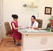 Tư vấn, thăm khám và kiểm tra mức độ điều trị của vùng cằm