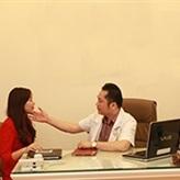 Chuyên gia thẩm mỹ thăm khám và tư vấn dịch vụ phun xăm lông mày