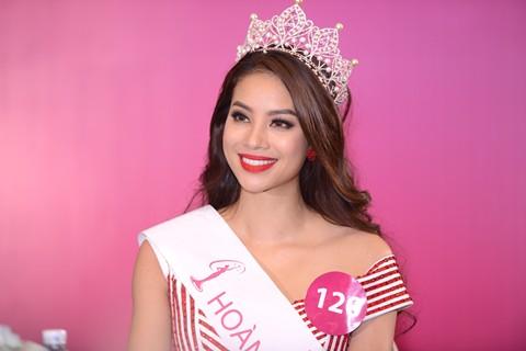 Người đẹp Phạm Thị Hương nói gì khi bị tố phẫu thuật thẩm mỹ?