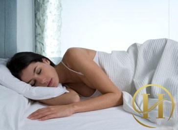 Ngủ nghiêng sẽ sẽ khiến các khớp xương hàm bị ép chống lại bề mặt gối hoặc giường ngủ