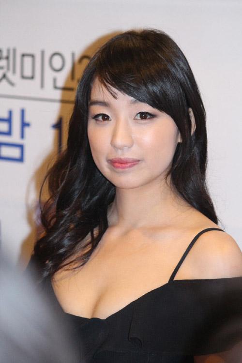 Sau 2 năm phẫu thuật So Hyeon ngày càng xinh đẹp và quyến rũ