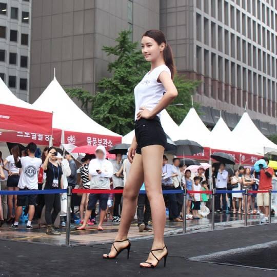 Với chiều cao nổi bật Park Dong Hee đang là gương mặt người mẫu được săn đón nhiều nhất