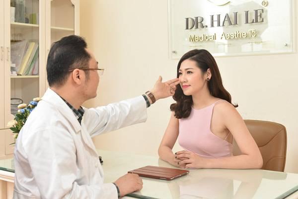 Bác sĩ tiến hành thăm khám, kiểm tra, tư vấn để xác định cấu tạo mũi và dáng mũi ban đầu