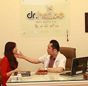 Bác sĩ tiến hành thăm khám trực tiếp và lên kế hoạch điều trị.