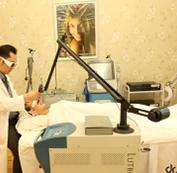 Sử dụng máy Laser Spectra điều trị lên những vùng da bị mụn.