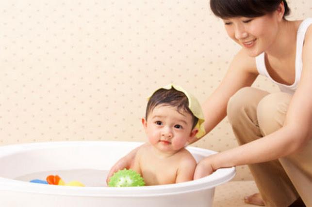 Các mẹ có thể sử dụng trà xanh để rửa mặt và tắm cho các bé
